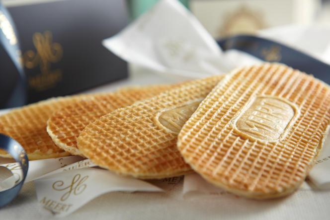 Unegaufre plate et ovale au sucre et au beurre, cuite de façon artisanale, entre deux fers, puis fourrée à la vanille de Madagascar.