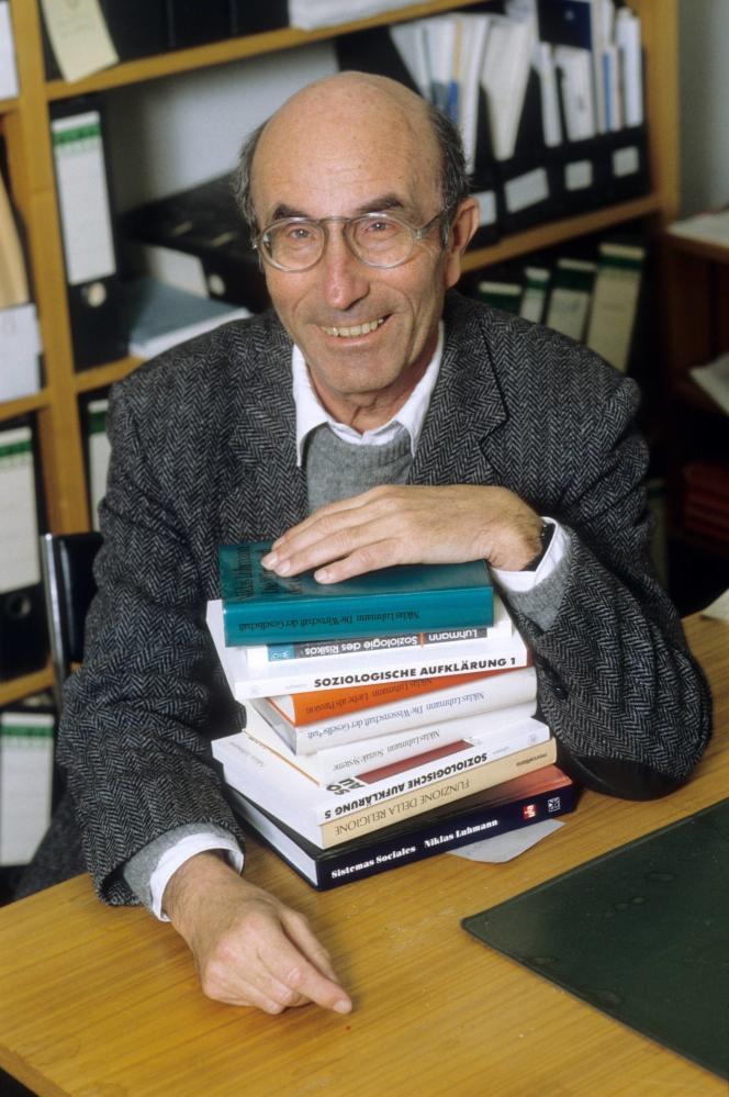 Le sociologue et philosophe allemandNiklas Luhmann, en 1993.