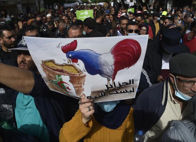 Una señal anti-francesa durante una manifestación de Hirak en Argel, el 9 de abril de 2021.