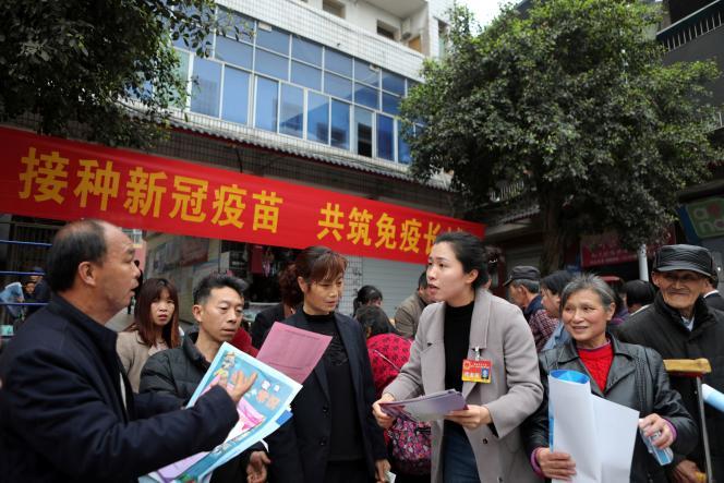 Un représentant de l'Assemblée nationale populaire informe la population sur la vaccination contre le Covid-19, à Chongqing en Chine, le 8 avril.