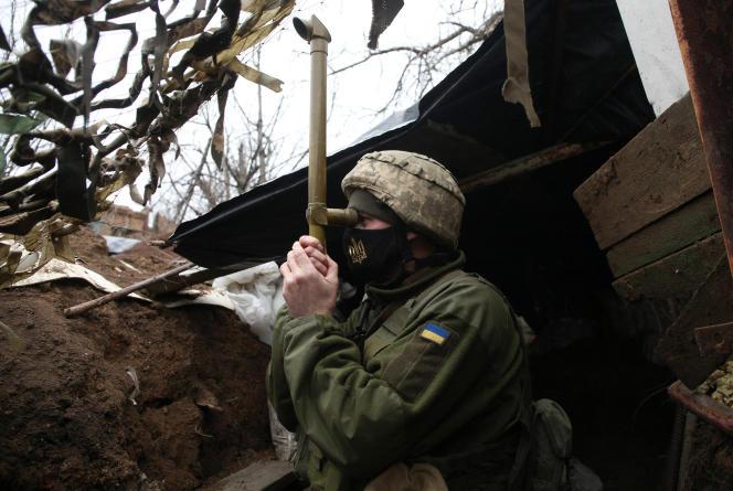 Un soldat ukrainien en poste à Marinka dans la région de Donetsk, près de la frontière avec la Russie, le 12 avril.