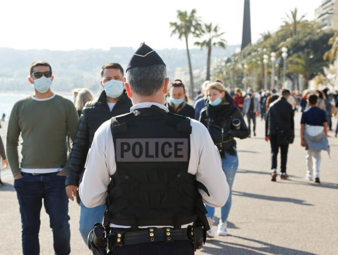 Un policier en patrouille sur la promenade des Anglais à Nice, le 27 mars.