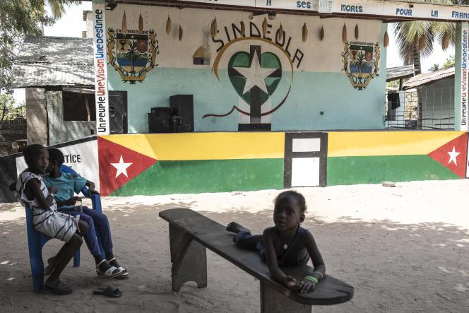 Devant le siège du Mouvement des forces démocratiques de Casamance (MFDC) à Ziguinchor, au Sénégal, en février 2021.