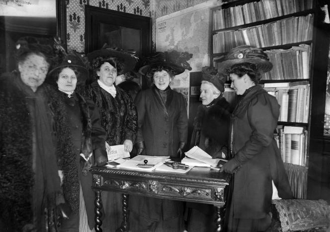Réunion chez Hubertine Auclert (quatrième à partir de la gauche), candidate aux élections législatives de 1910.