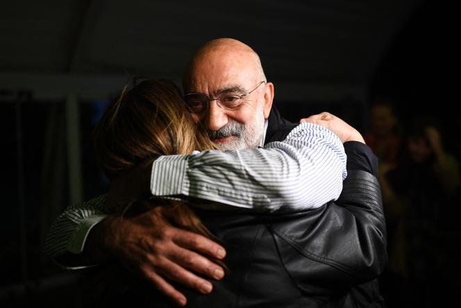 Le journaliste et écrivain Ahmet Altan enlace ses amis à la suite de sa libération, le 4novembre2019.
