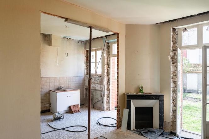 Le chantier de la maison d'Izabel Tognarelli, pour unerénovation énergetique optimale, les murs et le tour des fenêtres sont mis à nu avant la pose d'isolants. Montargis (Loiret), le 2 avril 2021.