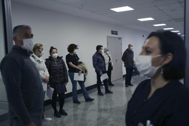 Des personnes patientent à l'intérieur d'un hôpital pour être vaccinés à Ankara, en Turquie, samedi 3 avril 2021.