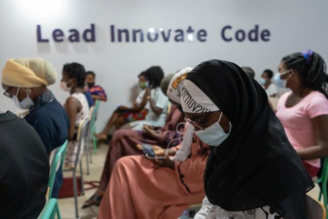 Des étudiantes attendent leur cours d'informatique à l'académie Soronko, à Accra, le 9 avril 2021.