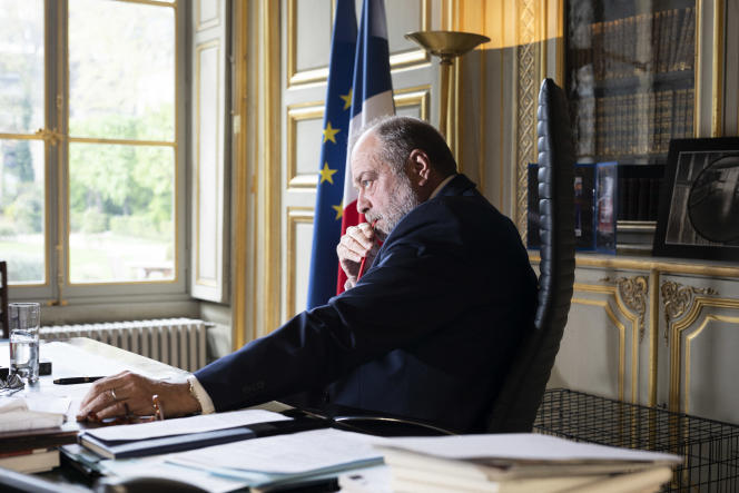Eric Dupond-Moretti dans son bureau du ministère de la justice à Paris, le 12 avril.