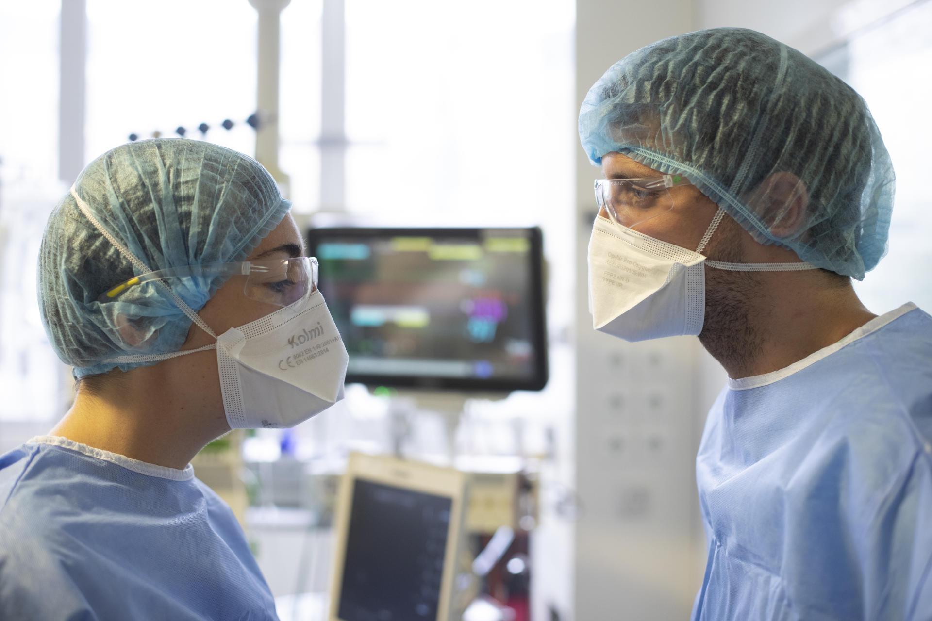 Juliette Patrier, réanimatrice, et Pierre Claquin, infirmier, dans la chambre d'une patiente atteinte de Covid-19. Service de réanimation de l'hôpital Bichat, à Paris, le 8 avril 2021.
