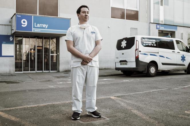 Yohann WU, infirmier à l'hôpital Avicenne de Bobigny, le 12 avril 2021.