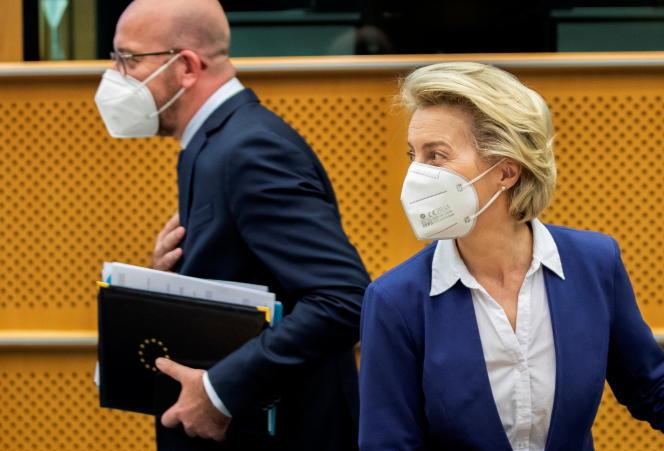 La présidente de la Commission européenne, Ursula von der Leyen, et le président du Conseil européen, Charles Michel, arrivent pour une réunion au Parlement européen à Bruxelles, le 13 avril 2021.