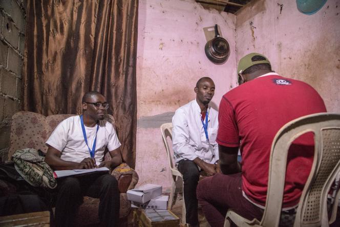 Des médecins donnent des préservatifs et des lubrifiants à une personne homosexuelle, à Yaoundé, en octobre 2019.