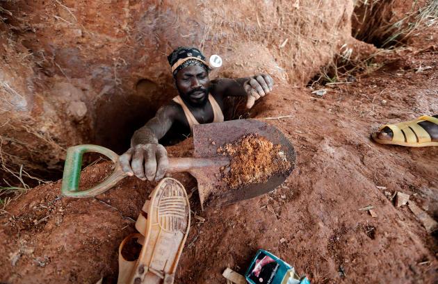 Un orpailleur artisanal sur le site de Nsuaem-Top, au Ghana, le 24 novembre 2018.