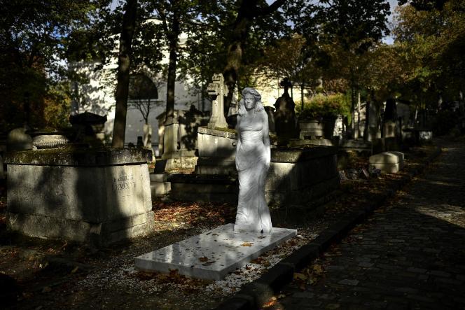 Une statue de femme en marbre de Carrare apparue à la mi-juillet dans une allée du cimetière parisien du Père Lachaise, à Paris, le 25 septembre 2020.