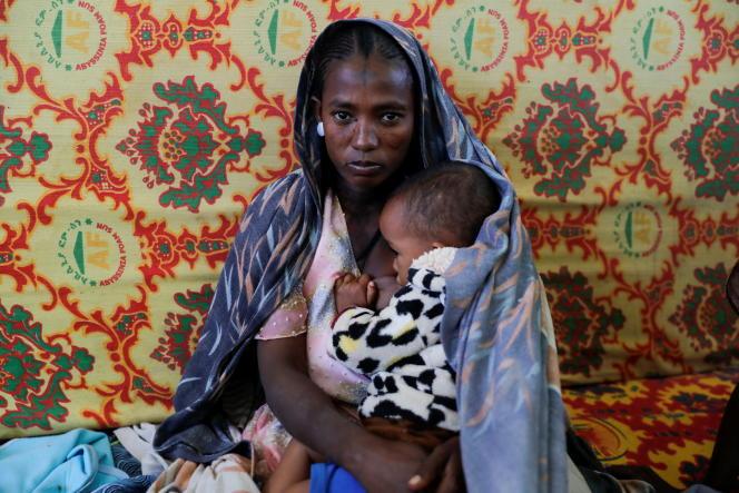 Une Ethiopienne et son bébé dans un camp de déplacés à Mekelle, le 12mars 2021.