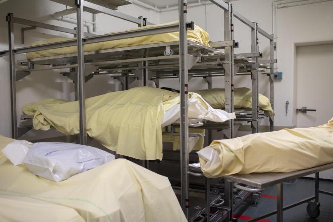 La chambre mortuaire de l'hôpital Bichat, à Paris, le 8 avril.