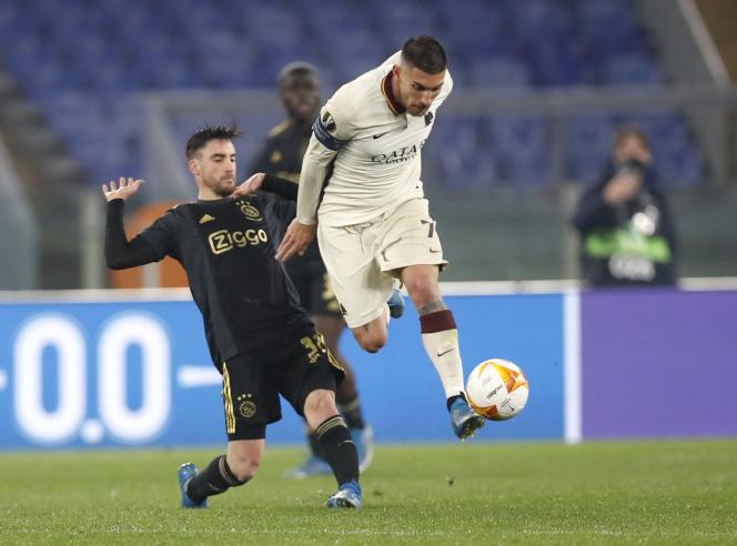 Nicolas Tagliafico et Lorenzo Pellegrini lors du match au stade de Rome, jeudi 15 avril.