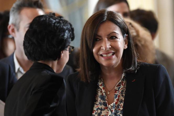 La maire de Paris, Anne Hidalgo, et Rachida Dati (LR) lors de l'officialisation de la victoire de la socialiste, à Paris, le 3 juillet 2020.