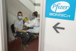 Un vaccin du laboratoire Pfizer-BioNTech administré à Belgrade, en Serbie, mardi13avril.