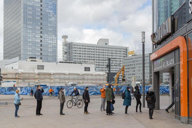 Une file d'attente devant l'enseigne d'électronique Saturn sur l'Alexanderplatz, à Berlin, le 7 Avril.