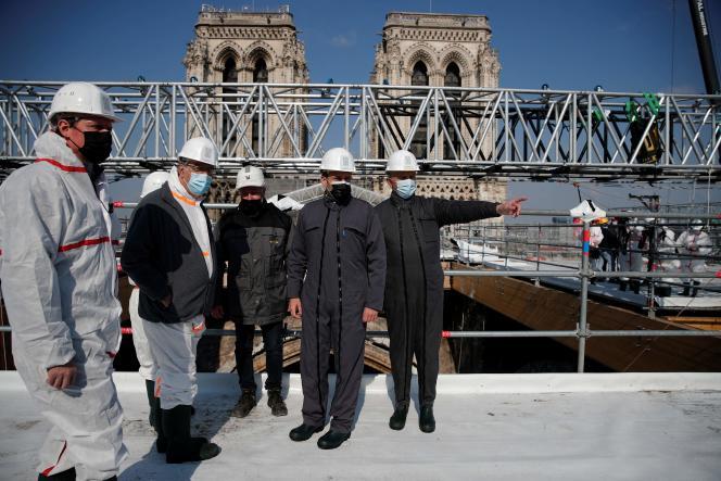 Le président Emmanuel Macron (au centre) et le général Jean-Louis Georgelin (à droite), représentant spécial pour la reconstruction, sur le toit de Notre-Dame, jeudi 15 avril.