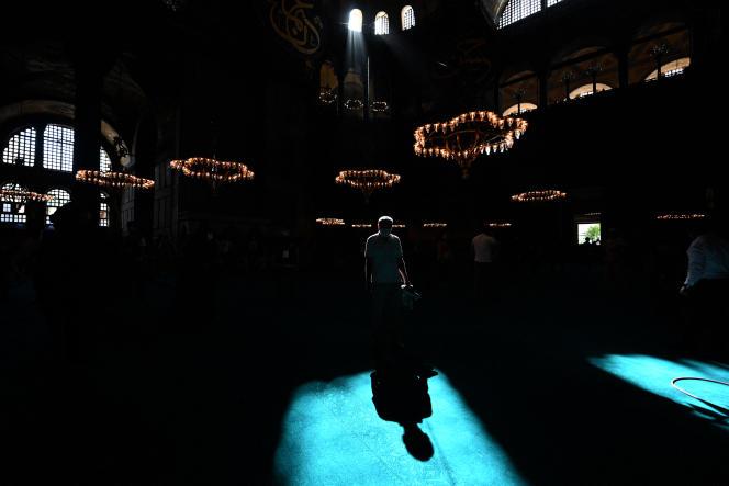 A l'intérieur de la grande mosquée Sainte-Sophie, à Istanbul (Turquie), le 24 juillet 2020.