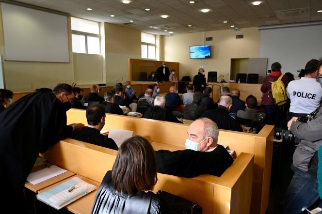 Les accusés et leurs avocats à l'ouverture du procès de 18 policiers de la« BAC Nord», au tribunal correctionnel de Marseille, le 12 avril.