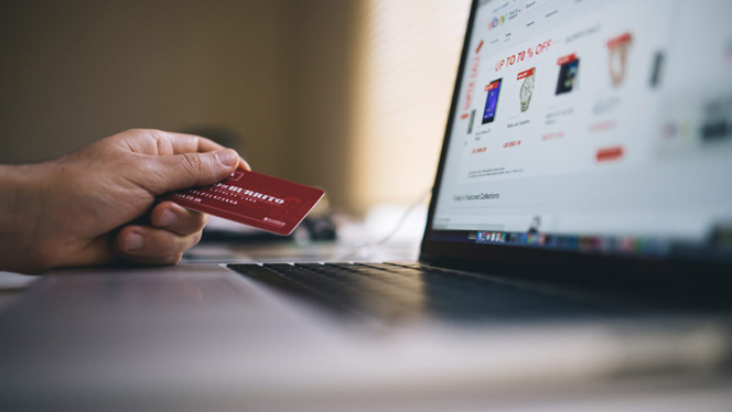 Effectués «en un clic», les achats en ligne entraînent le plus souvent une pollution numérique.
