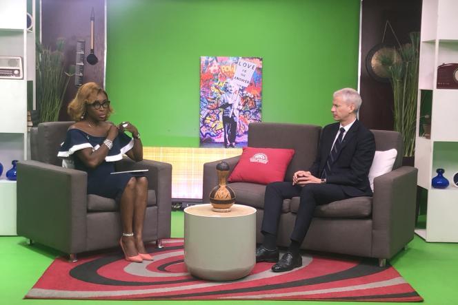 Le ministre français Franck Riester lors d'une interview sur la chaîne nigériane Wazobia TV.