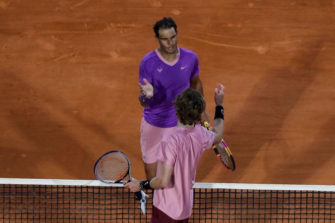 L'Espagnol Rafael Nadal serre la main du Russe Andrey Rublev après leur quart de finale disputé lors de la septième journée du tournoi ATP Masters Series de Monte-Carlo, à Monaco, le 16 avril 2021.