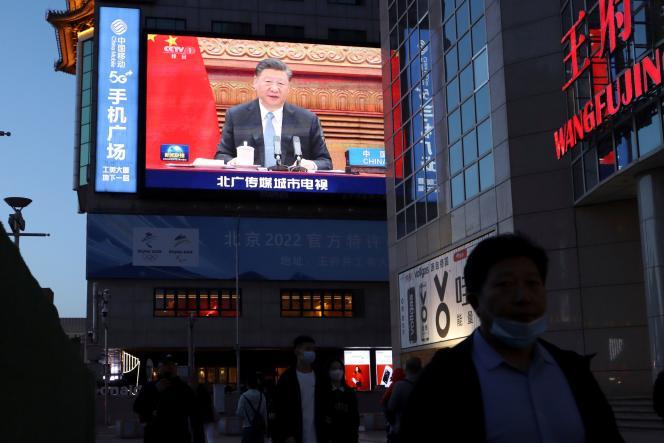 Le président chinois, Xi Jinping, lors d'une visioconférence avec la chancelière allemande,Angela Merkel, et le président français, Emmanuel Macron, le 16 avril 2021 à Pékin.