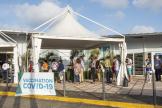 A Cayenne, en Guyane, devant un centre de vaccination, le 30 mars.