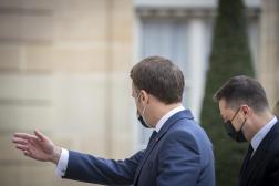 Emmanuel Macron recevant le président ukrainien, Volodymyr Zelensky, au palais de l'Eysée, à Paris, le 16 avril.