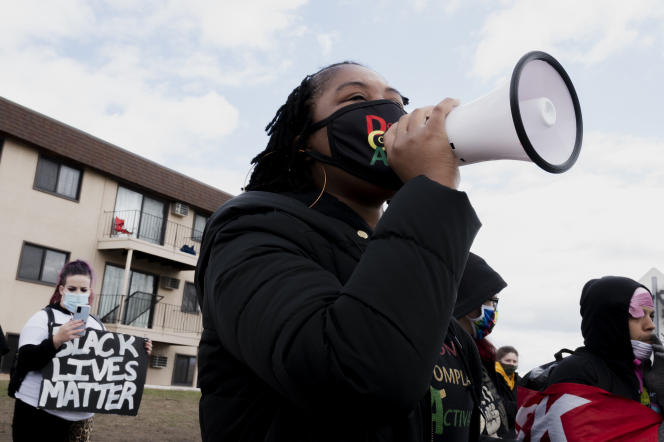 Leslie E. Redmond guide les manifestants rassemblés sur le lieu de la mort de Daunte Wright, à Brooklyn Center (Minnesota), le 16 avril.
