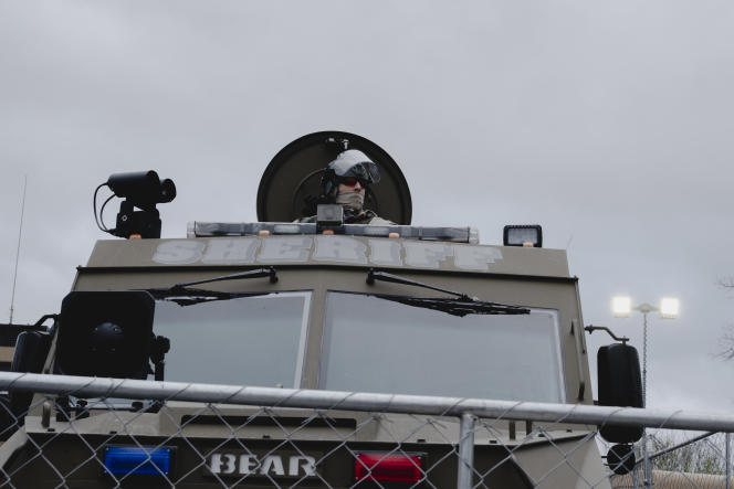 Die Polizei ist bereit für Unruhen, nachdem das Urteil am 16. April im Brooklyn Center in Minnesota verkündet wurde.
