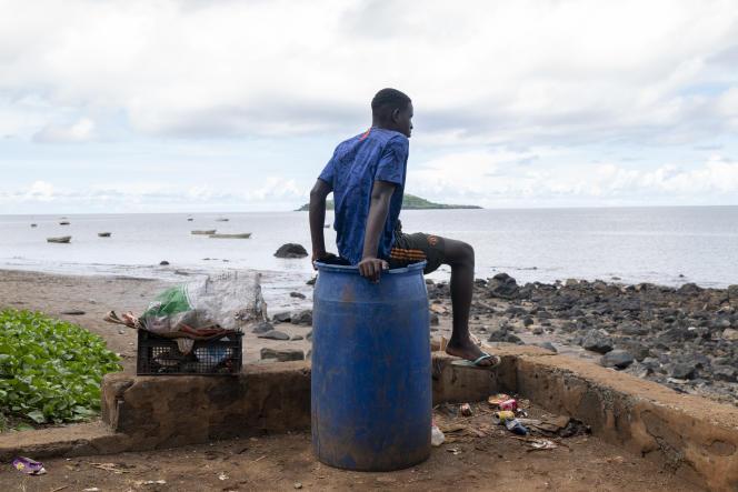 Sur la plage du village de pêcheurs de Nyambadao le 28 mars 2021