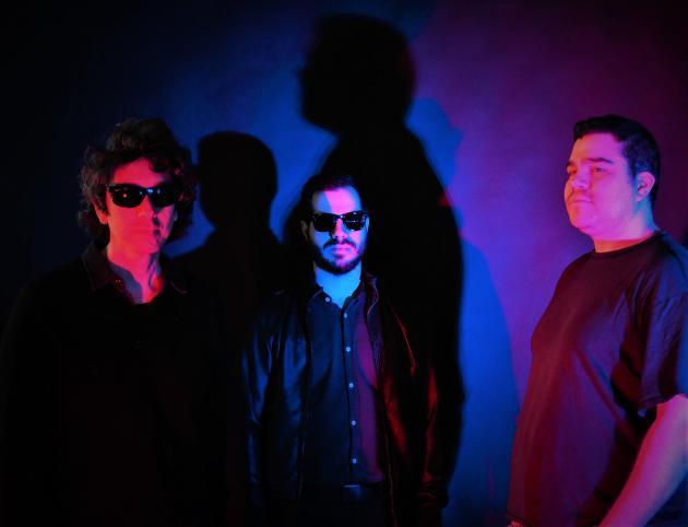 Le musicien sicilien underground Gioele Valenti (à gauche), connu depuis le début des années 2000 sous le nom de Herself, et aujourd'hui sous celui de JuJu et son groupe.