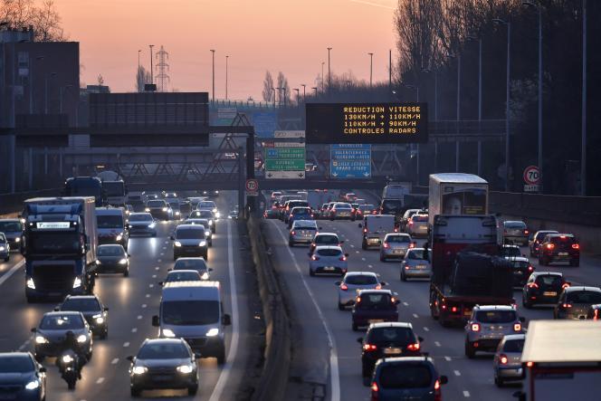 Un panneau affiche des mesures de réduction du trafic en raison d'une surconcentration de particules finessur le périphérique autour de la ville de Lille (Nord), le 27 février 2019.