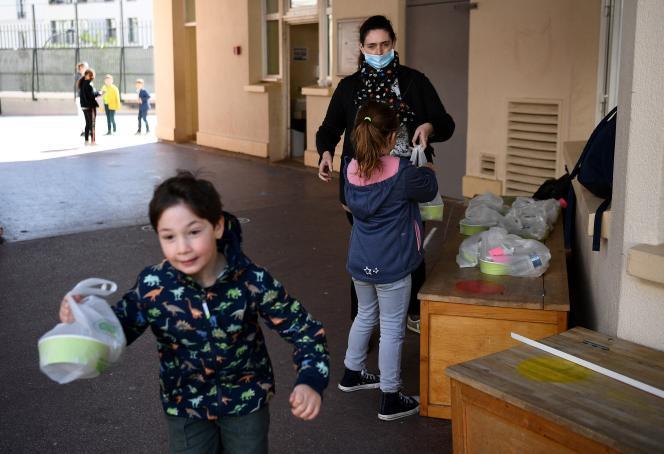 Distribution des repas à l'école élémentaire Saint-Germain-de-Charonne à Paris, le 14 mai2020.