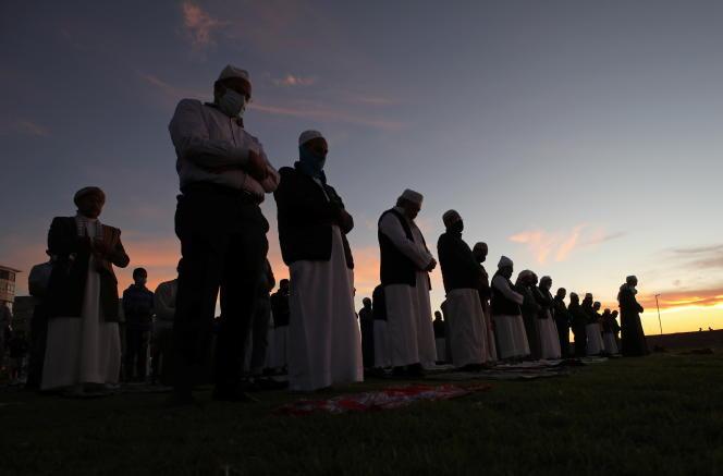 Des musulmans célèbrent le début du ramadan au Cap, en Afrique du Sud, le 12avril 2021.