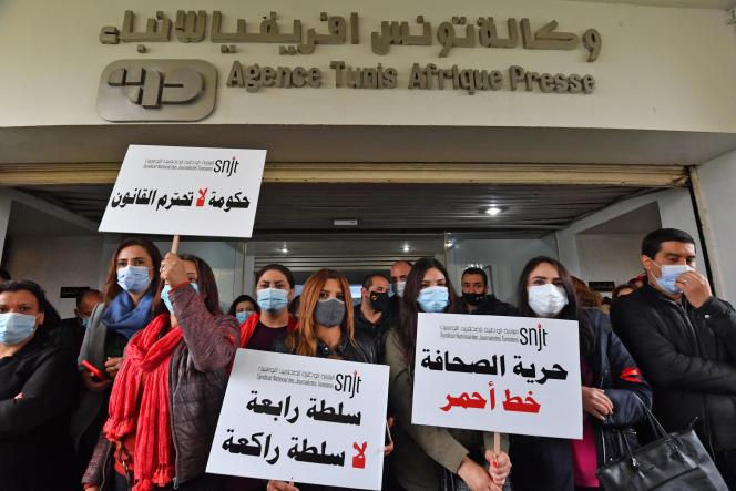 Des journalistes manifestent devant le siège de la TAP, l'agence de presse officielle, à Tunis, le 15avril 2021.