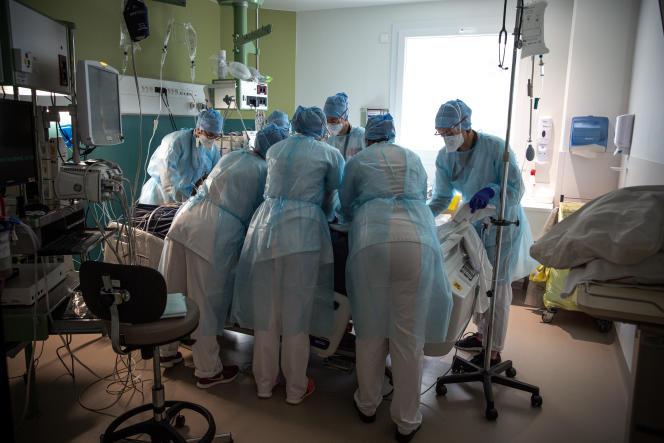 Opération de retournement d'un patient, qui nécessite entre six et huit personnes, à l'hôpitalLyon Sud, le 13 avril.