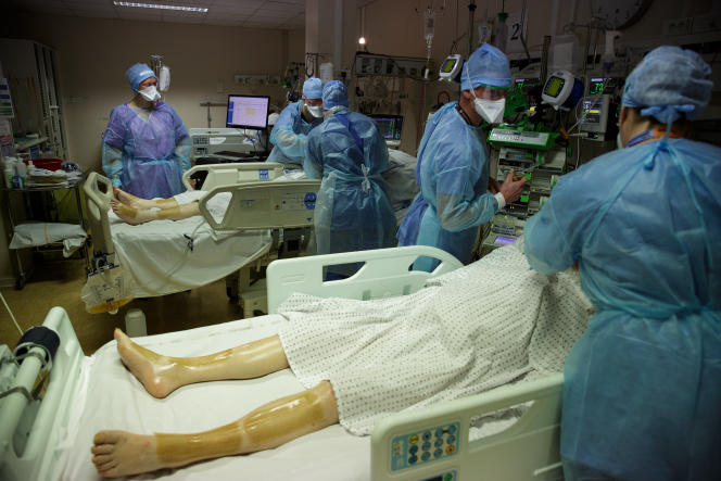 A l'hôpital Lyon Sud, le 13 avril 2021. La salle de réveil des blocs opératoires a été transformée en salle de réanimation.