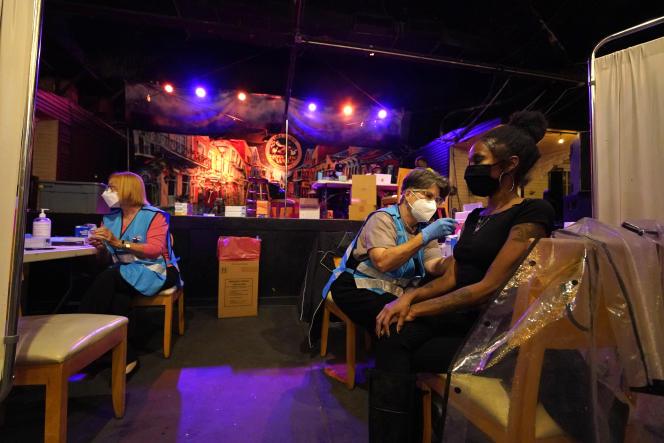 Un centre de vaccination installé dans un bar propose une boisson gratuite après l'injection, àla Nouvelle-Orléans (Louisiane), le 13 avril.