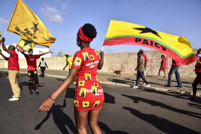 Des militants duParti africain pour l'indépendance du Cap-Vert (PAICV, socialiste) défilent à Praia, le 15avril 2021.