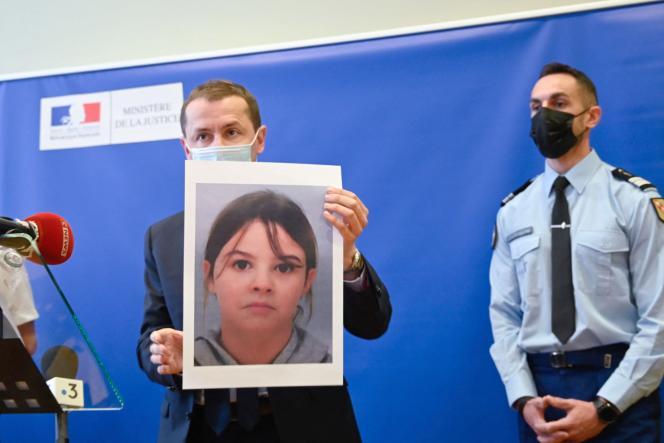 Le procureur Nicolas Heitz tenant un portrait de Mia Montemaggi, au palais de justice d'Epinal (Vosges), le 14 avril.