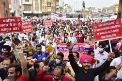 Manifestation contre le projet de privatisation des banques du secteur public, à Amritsar (nord-ouest de l'Inde), le 15 mars 2021.