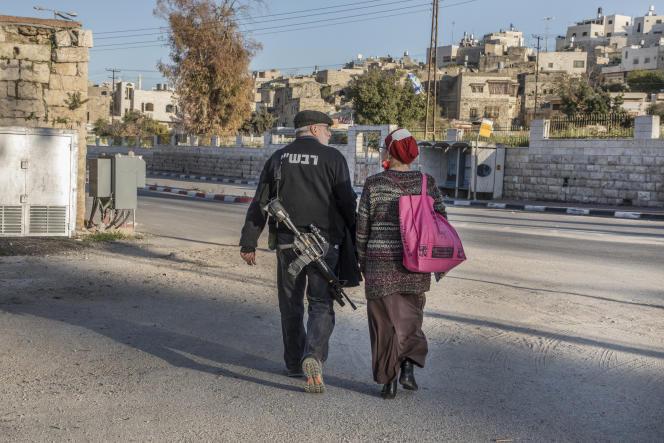 Un couple dans une rue de la colonie du centre de Hébron, en zone H2, sous contrôle de l'armée israélienne, le 12 avril.