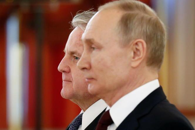 Le président russe, Vladimir Poutine, et l'ambassadeur américain en Russie, John Sullivan, lors d'une cérémonie au Kremlin, le 5 février 2020.